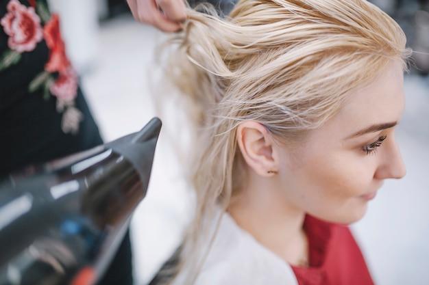 Haarstylist bijsnijden met een droger