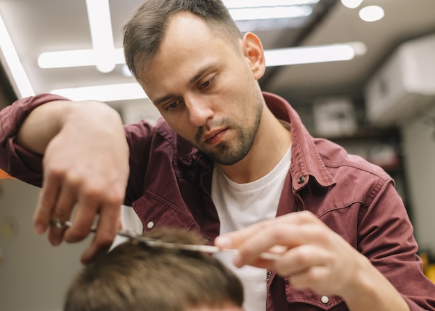 Haarstylist een kapsel geven aan een klant
