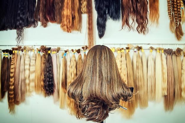 Haarverlengingsapparatuur van natuurlijk haar. haarmonsters van verschillende kleuren