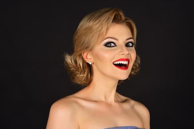 Haarverzorging en huidverzorgingsproducten schoonheid cosmetica concept aantrekkelijk blond model meisje met rode lippen