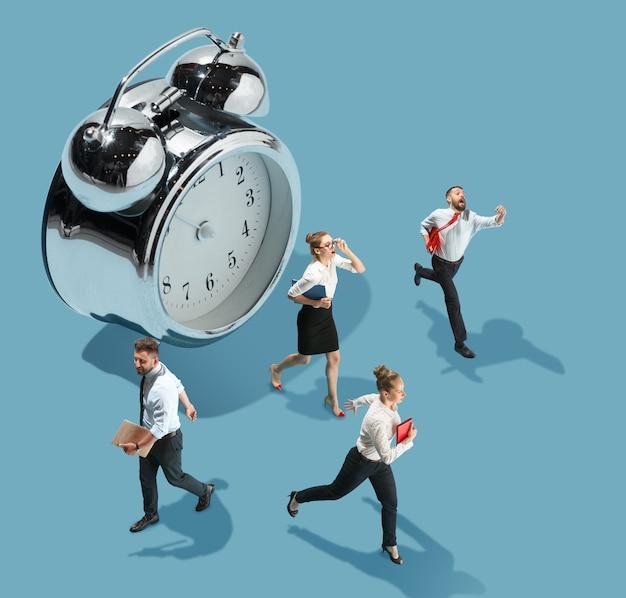 Haasten om te doen hoge hoekmening van creatief modern kantoor op blauwe achtergrond