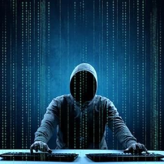 Hacker drukt een code af op het toetsenbord van een laptop om in te breken in een cyberspace
