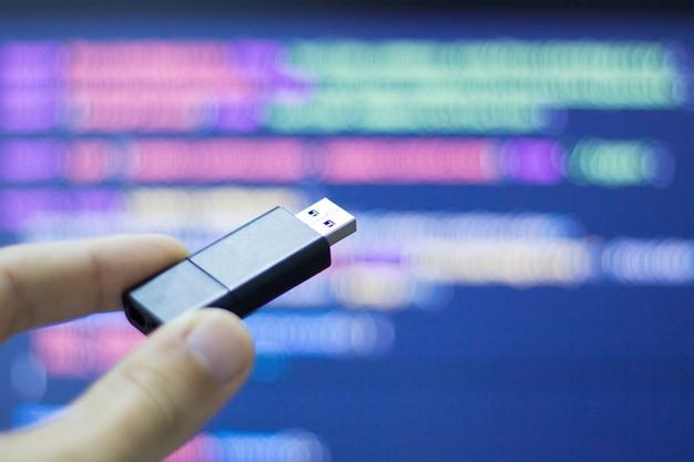 Hacker gebruikt een flash-usb om computerapparatuur te infecteren
