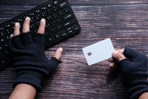 Hacker hand stelen van gegevens van creditcard