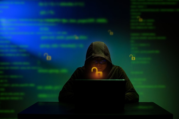 Hacker heeft gevaarlijke hacking-informatieoverheidsgegevensservers met een kap bedekt en wachtwoord gekregen om hun virus in het systeem in te voegen. ontgrendel en splits persoonlijke gegevens en software op.