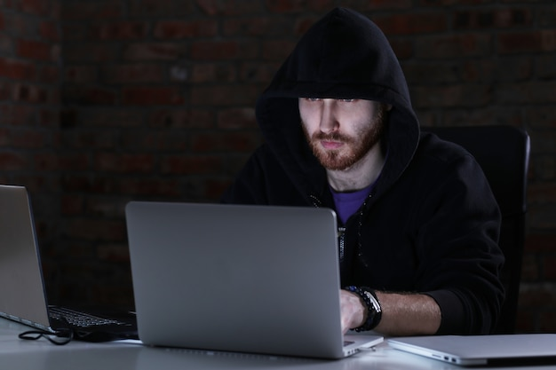 Hacker man op laptop