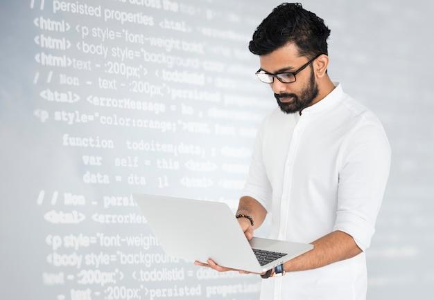 Hacker met behulp van laptop