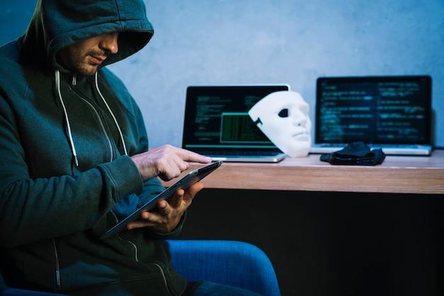 Hacker met behulp van tablet