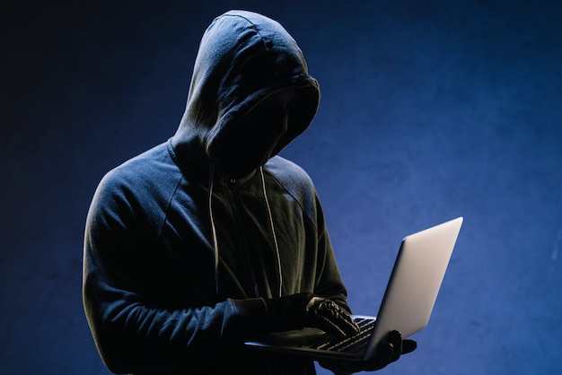 Hacker met laptop Premium Foto