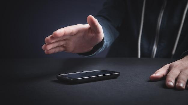 Hacker met smartphone. cybercriminaliteit
