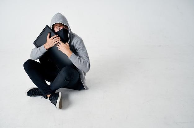 Hacker misdaad anonimiteit voorzichtigheid bivakmuts geïsoleerde achtergrond