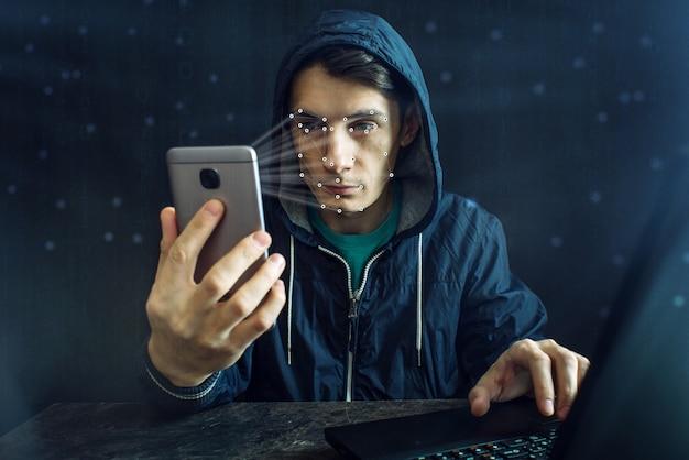 Hacker probeert de telefoon te hacken met behulp van de persoonlijke identificatiemethode van gezichtsherkenning