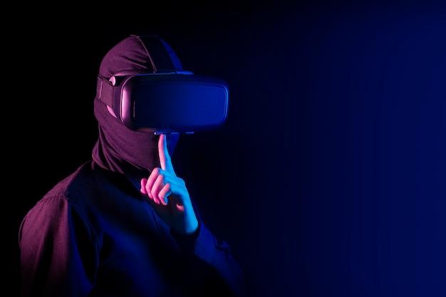 Hacker slechte kerel met virtueel werkelijkheidsglas en digitaal het conceptenconcept van veiligheidsinternet