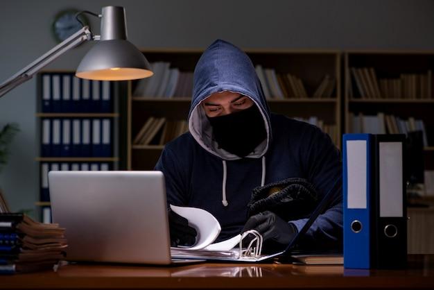 Hacker steelt persoonlijke gegevens van thuiscomputer