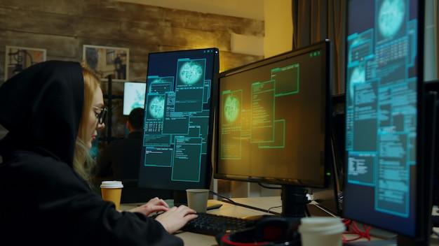 Hackermeisje met kap krijgt toegang geweigerd terwijl ze informatie van de overheid probeert te stelen.