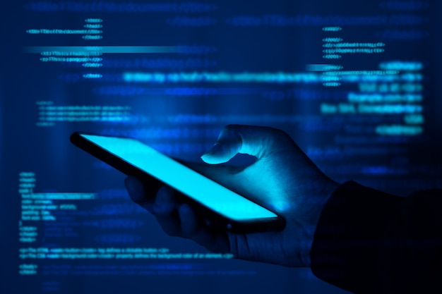 Hackers stelen informatie, hand houdt smartphone vast.