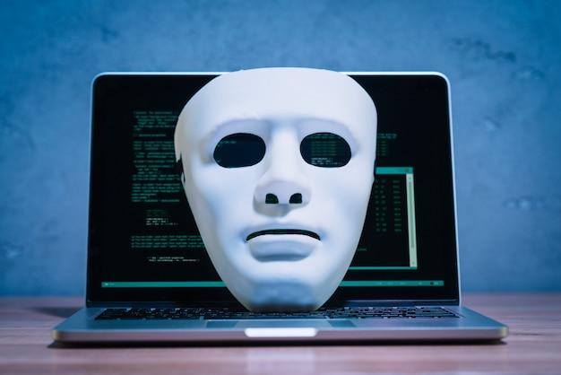Hackersmasker en laptop