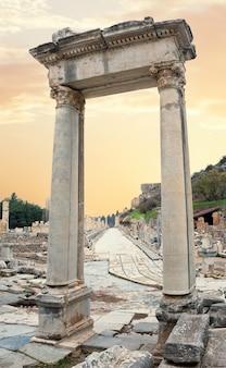 Hadrian's gate bij de bibliotheek van celsus bij zonsondergang.