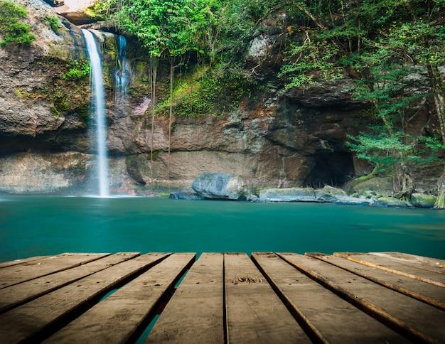 Haew su thad waterval met tunnel bij het nationale park van khao yai, thailand