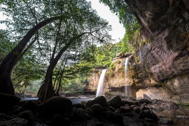 Haew suwat-waterval bij de provincie nakhon ratchasima van khao yai national park