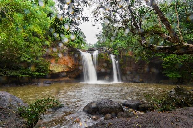 Haew suwat-waterval met dalende regen in khao yai park, thailand