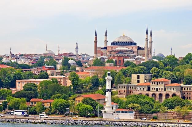 Hagia sophia en istanbul, uitzicht vanaf de straat van bosporus