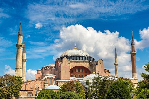 Hagia sophia in istanbul in turkije tegen de hemel