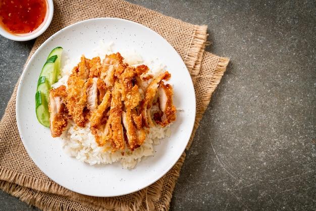 Hainanese kippenrijst met gebakken kip
