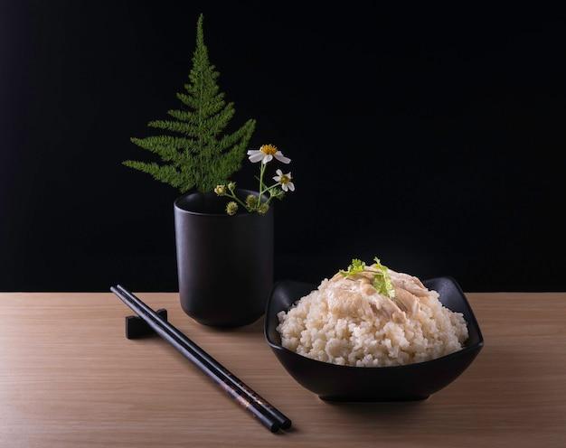 Hainanese kippenrijst of rijst gekookt in kippenbouillon