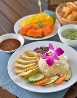 Hainanese kippenrijst, thaise gastronomische gestoomde kip met rijst