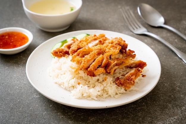 Hainanese kiprijst met gebakken kip of rijst gestoomde kippensoep met gebakken kip - aziatisch eten