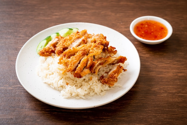 Hainanese kiprijst met gebakken kip of rijst gestoomde kippensoep met gebakken kip