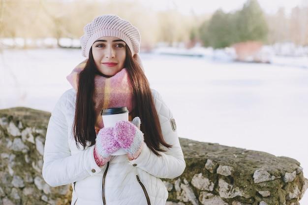 Hair sneeuw mooie brunette outdoor