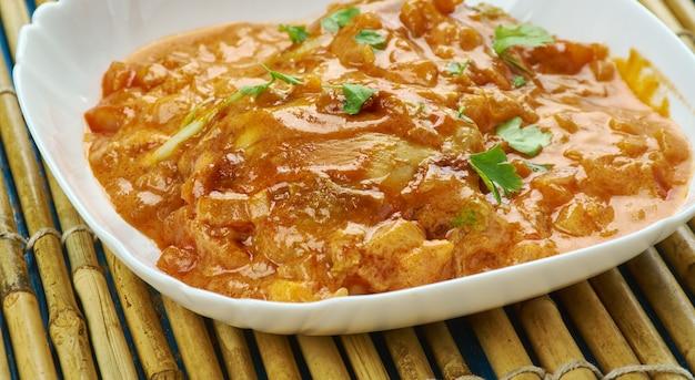 Haïtiaanse kip - poulet creools, kippendijen en drumsticks gemarineerd in geroosterde tomaten.