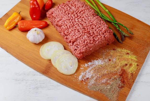 Hak gehakt met ingrediënten voor het koken fijn