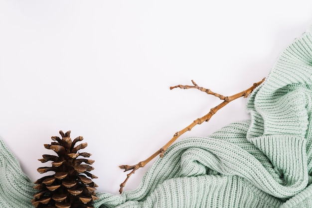 Haken en takjes in de buurt van trui