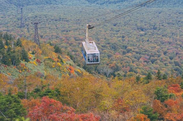 Hakkoda kabelbaan in aomori prefecture met autumn leaves. een prachtig uitzicht op de bergen van hakkoda.