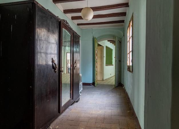 Hal van een oud huis