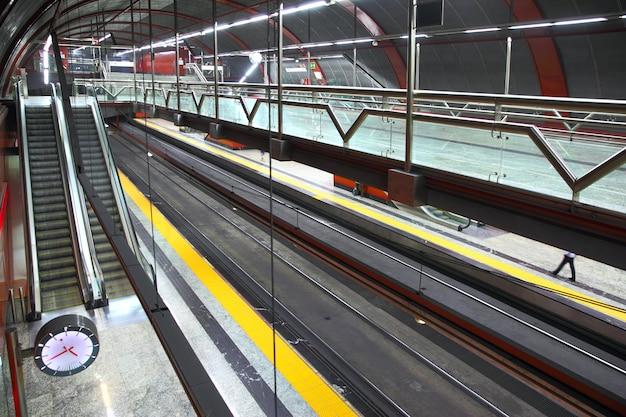 Hal van metrostation sol in het centrum van madrid, spanje