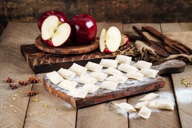 Half afgewerkte zoete appelknoedels vareniki
