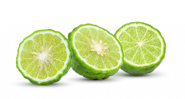 Half bergamotfruit dat op wit wordt geïsoleerd