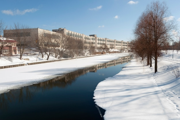 Half bevroren rivier in de winterstad minsk, wit-rusland