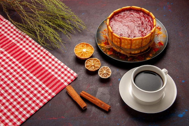 Half-bovenaanzicht heerlijke dessertcake met kopje koffie op donkere ondergrond biscuit suiker cookie zoete cake dessert