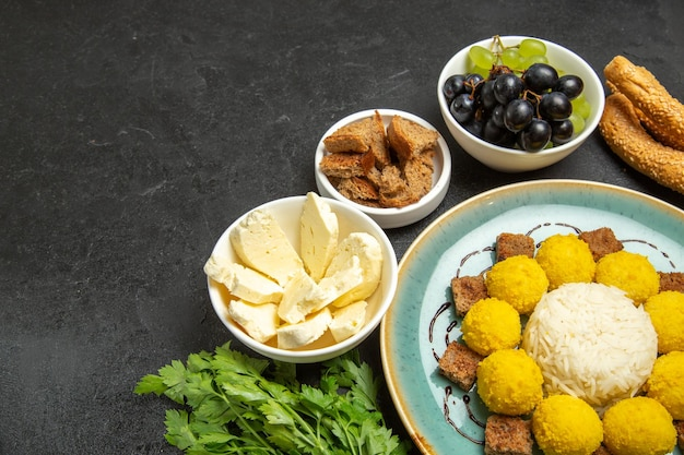 Half bovenaanzicht zoete lekkere snoepjes met witte kaas en druiven op donkere achtergrond fruit snoep thee zoete lekkernijen zoet
