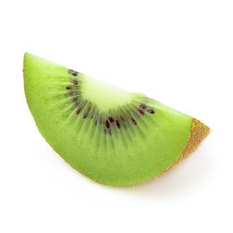 Half en plak kiwifruit dat op witte achtergrond wordt geïsoleerd.
