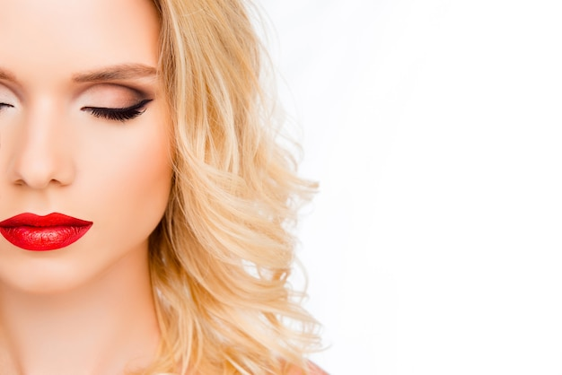 Half-face portret van mooie jonge vrouw met rode lippen