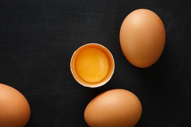 Half gebroken ei met dooier.