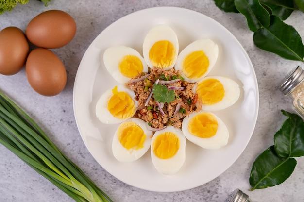 Half gekookt ei en varkensvlees larb op een bord