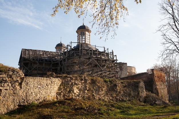 Half geruïneerd sieniawski-kasteel 1534 jaar in berezhany