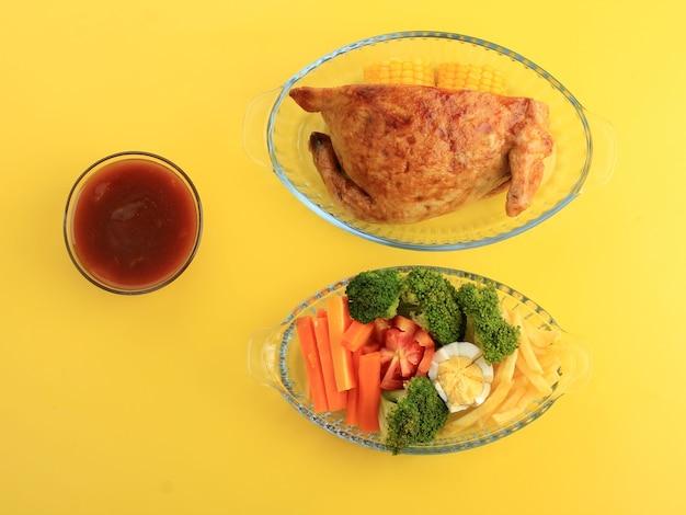 Half gevulde kip voor het vieren van thanksgiving of familiefeest. in indonesië populair als ayam kodok. geserveerd met verse groente- en champignonsaus, copy space